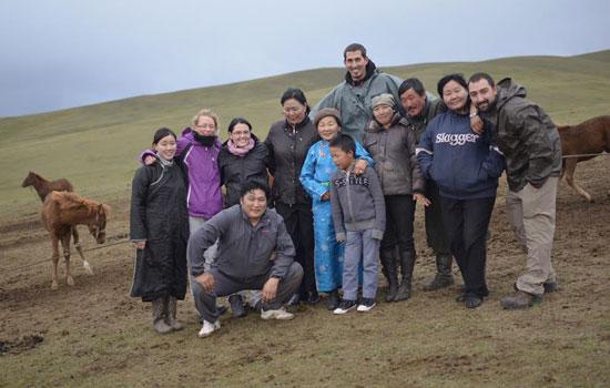 Une famille de Mongolie réserve un accueil chaleureux à nos aventuriers