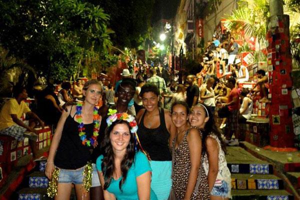 Lorsque Clarisse et Magali arrivent à Rio de Janeiro, le carnaval bat son plein