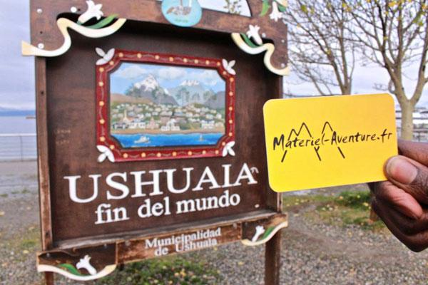 Clarisse et Magali pénètrent dans Ushuaïa, ville d'aventuriers à plus d'un titre