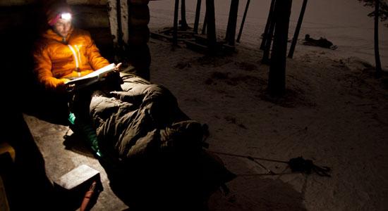 Au cours du tournage de 71 degrés solitude nord, Damien Artero improvise un bivouac en conditions extrêmes