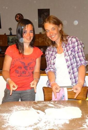 Nos aventurières Roro et Natt préparent de la pâte à pizza italienne