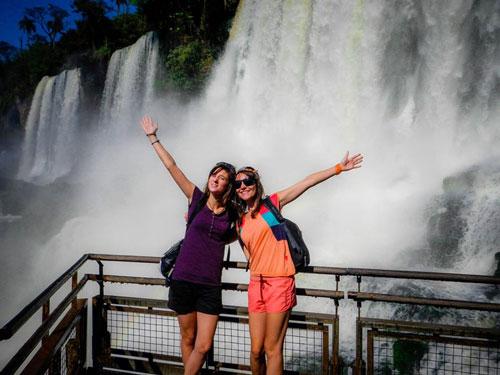 Comme le soulignent nos deux aventurières, la particularité des chutes d'Iguazu est de pouvoir être observées du côté Brésil ou du côté Argentine