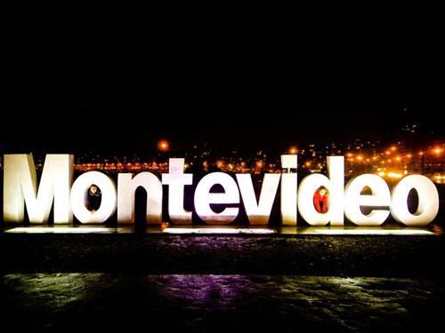 Léa et lili prennent la pause devant la ville de Montevideo
