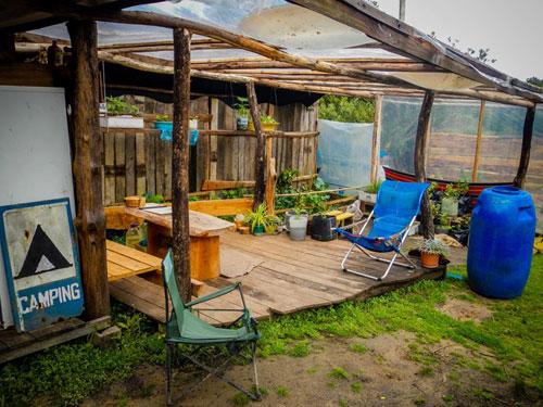Nos aventurières se satisferont d'une baraque en bois pour camper et se reposer