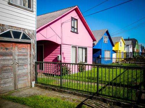 Léa et Lili de l'aventure Sauce America découvrent les maisons colorées de la région de Chiloé