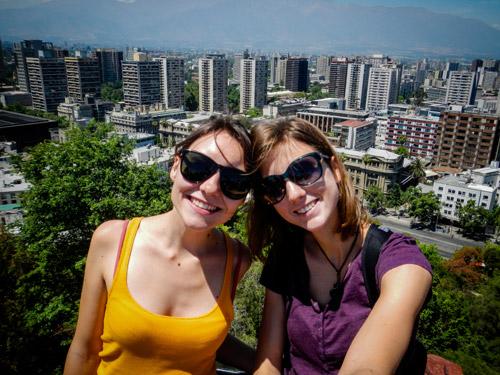 Léa et Lili pénètrent dans Santiago, capitale et ville la plus peuplée du territoire chilien