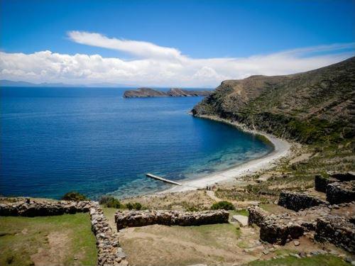 Nos aventurières sont nez à nez avec le plus haut lac navigable du globe : le lac Titicaca (3812 mètres d'altitude)
