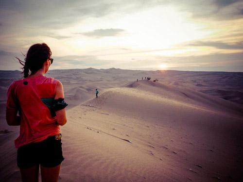 Léa et Lili se rendent dans le désert de Huacachina et découvrent un désert de sable à perte de vue