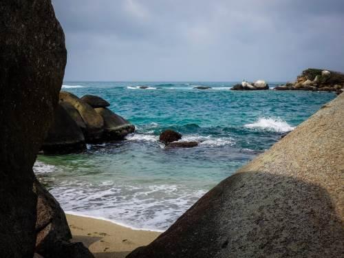Vue du littoral colombien, la mer des Caraïbes se dévoile à nos aventurières Léa et Lili