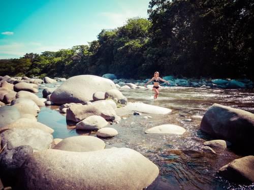 Léa et Lili goûtent aux rivières panaméennes où les sources d'eau chaude côtoient parfois l'eau fraîche d'amont