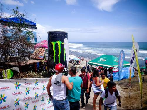 La plage nicaraguayenne de Popoyo réserve une surprise de taille à nos aventurières : les championnats internationaux de surf, les ISA World Surfing Games