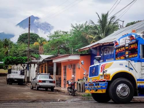 Léa et Lili découvrent l'île Ometepe et le grand lac Nicaragua, situés à l'extrême sud des terres nicaraguayennes