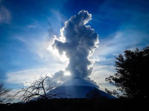 Le lac Nicaragua où se trouve nos aventurières a deux particularités : c'est de loin le plus grand du Nicaragua et il compte 2 volcans qui forment l'île Ometepe