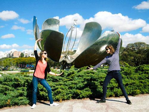 L'oeuvre intitulée La Fleur Solaire est l'un des symboles forts de la ville de Buenos Aires, au Brésil