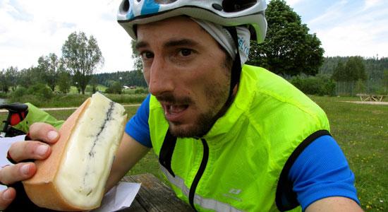 Notre aventurier Olivier Godin goûte au célèbre fromage de Morbier