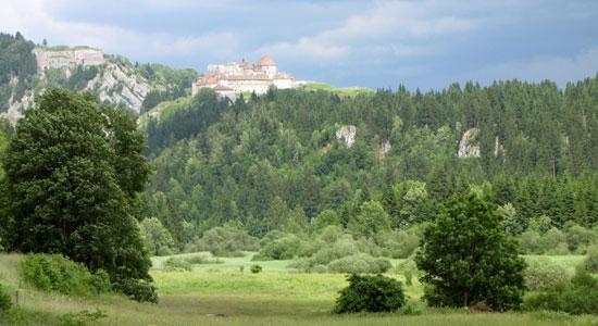 Notre aventurier aperçoit au loin le célèbre château de Joux