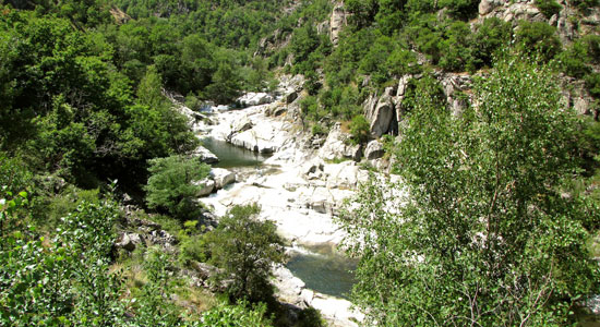 Olivier Godin arrive dans les environs des gorges du Chassezac, affluent de l'Ardèche