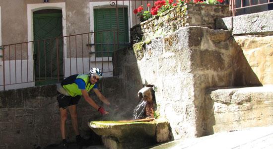 Olivier Godin découvre la source d'eau chaude de Chaudes-Aigues