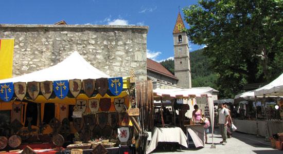 Au coeur de la cité de Colmars-les-Alpes, notre aventurier marque une petite pause le temps d'une collation bien méritée