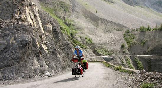 Olivier Godin, son vélo et son matériel font route vers les Alpes-Maritimes