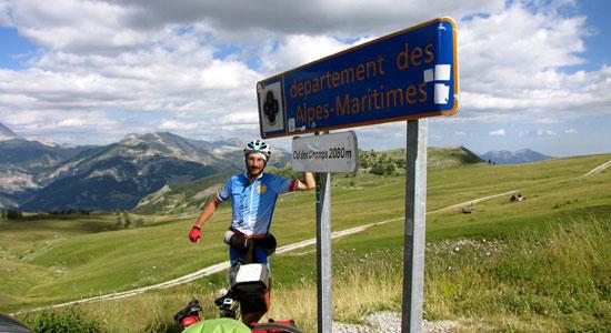 Notre aventurier arrive à la limite entre le département des Alpes de Haute Provence et le département des Alpes-Maritimes