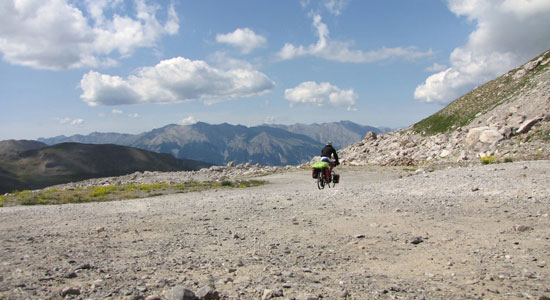 Notre aventurier longe la frontière italienne en empruntant un chemin de traverse difficile et caillouteux