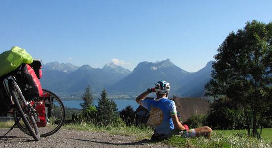 Après le lac Léman, c'est au tour du lac d'Annecy d'offrir à notre aventurier ses somptueux paysages