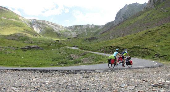 Toujours en tandem, toujours chargés de leur matériel de randonnée et bivouac, Adeline et Olivier Godin affrontent désormais le Tourmalet, col mythique des Pyrénées