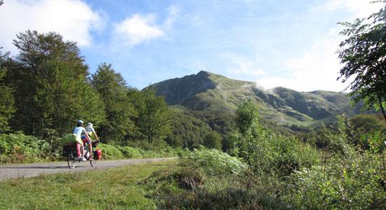 Arrivés en plein coeur des Pyrénées, Adeline et Olivier Godin enchaînent paysages forestiers, pâturages et paysages minéraux