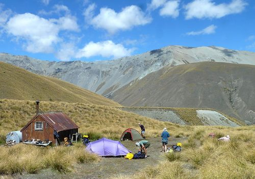 Longues journées de randonnée et nuits de bivouac le long du trek Te Araroa attendent nos aventuriers.
