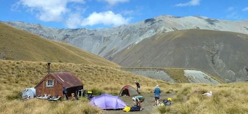 Bivouaquer le long du sentier Te Araroa est une aventure en soi.